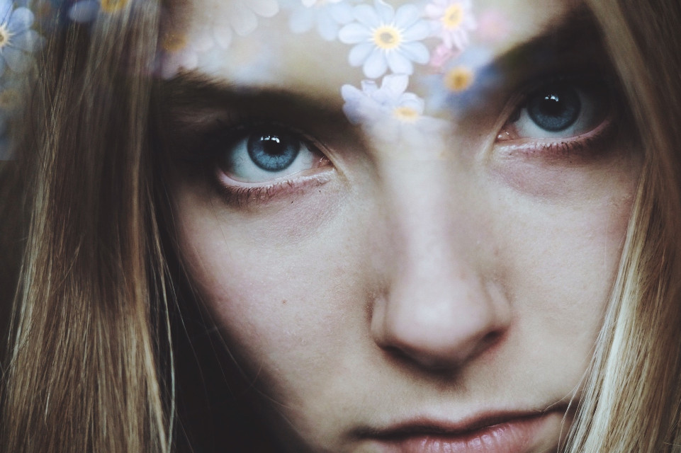 Flowers and petals that fall from my mind 🌸 #eyes #flower #portraits #selfportrait