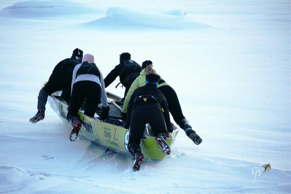 Canoë race in a icy river, 5 women Course de canoë sur la rivière glacée. 5 femmes courageuses  #sport  #racing  #canoe  #brave #winter