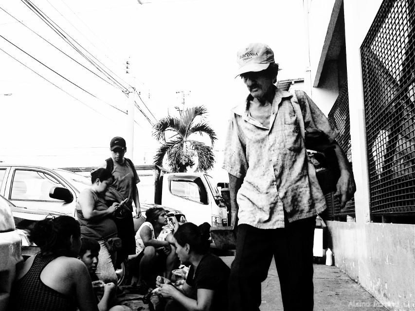 Trabajadores del mercado...  #worker #caminantes #blancoynegro #calle #street #ciudad #latinoamerica #ecuador #guayaquil #streetphotography #blackandwhite